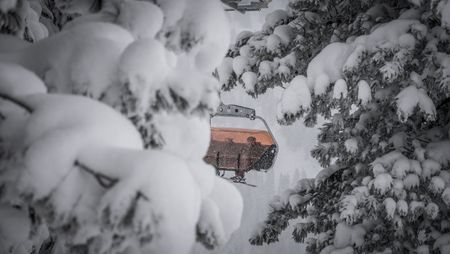 Verschneites Skigebiet