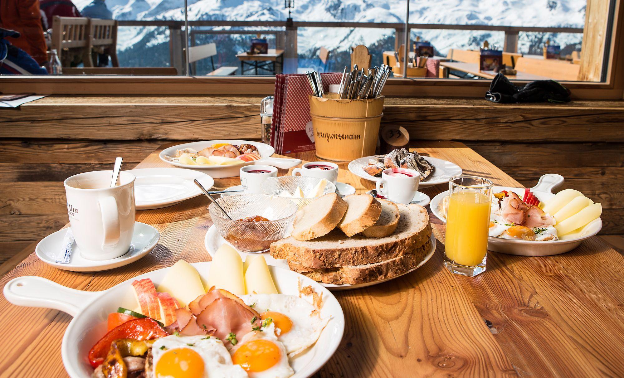 Frühstück auf der Kreuzwiesenalm